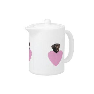 チョコレートラブラドル・レトリーバー犬のピンクのハートのティーポット