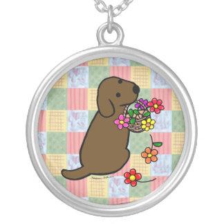 チョコレートラブラドールの子犬の花のバスケット シルバープレートネックレス