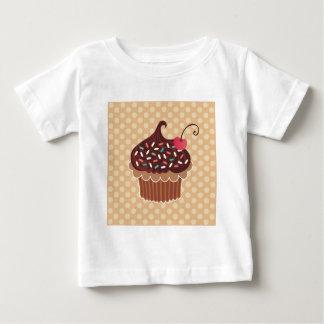 チョコレート及びさくらんぼのカップケーキのTシャツ ベビーTシャツ
