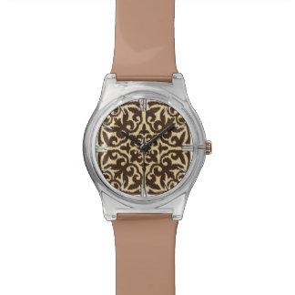 チョコレート色のイカットのダマスク織パターン-およびタン 腕時計