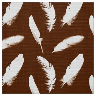 チョコレート色の白い羽のプリント ファブリック