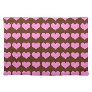 チョコレート色の背景のカラフルなピンクのハート ランチョンマット