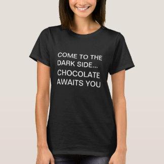 チョコレートDarksideのおもしろいなTシャツ Tシャツ