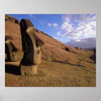 チリのイースター島。 Moaiの山腹 ポスター
