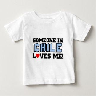 チリの誰かは私を愛します ベビーTシャツ
