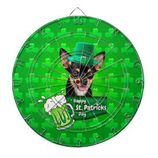 チワワの小犬のセントパトリックの日の緑のクローバー ダーツボード