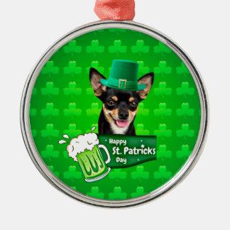 チワワの小犬のセントパトリックの日の緑のクローバー メタルオーナメント