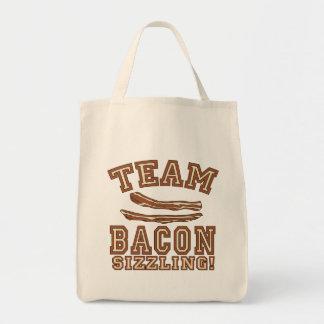 チームベーコンはTシャツ、マグ、ギフトをじゅーじゅーいうほど焼いています トートバッグ