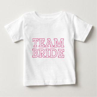 チーム花嫁のピンクの輪郭 ベビーTシャツ