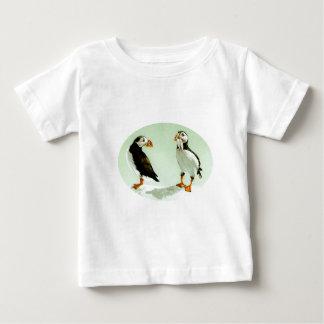 ツノメドリの乳児のTシャツ ベビーTシャツ
