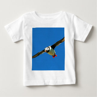 ツノメドリの飛行中にskelligの島アイルランド ベビーTシャツ