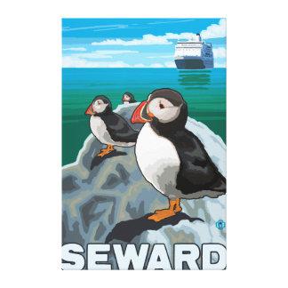 ツノメドリ及び遊航船- Seward、アラスカ キャンバスプリント
