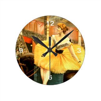 ティーのレトロのサーカスの女の子 ラウンド壁時計