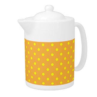 ティーポットの水玉模様の黄色およびオレンジ