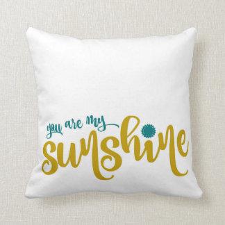 ティール(緑がかった色)および黄色いタイポグラフィ私の日光 クッション