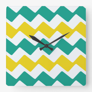 ティール(緑がかった色)および黄色の波状のシェブロン スクエア壁時計