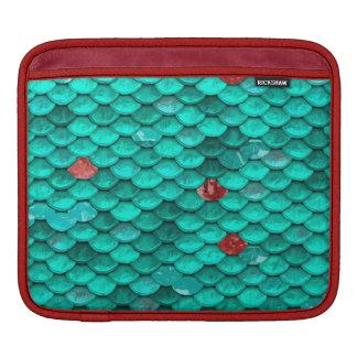 ティール(緑がかった色)のきらめくおよびルビーの魚スケールパターン iPadスリーブ
