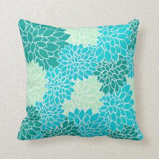 ティール(緑がかった色)の水の青緑によっては花の装飾用クッションが開花します クッション