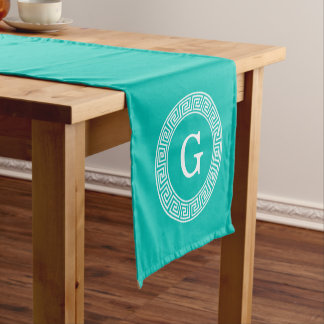 ティール(緑がかった色)の白いギリシャ人の鍵のRndフレームのイニシャルのモノグラム ショートテーブルランナー