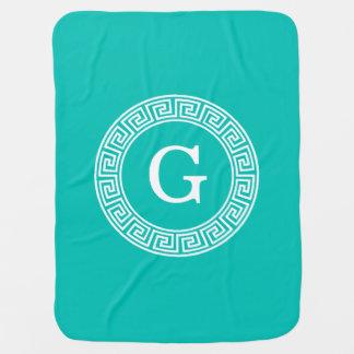 ティール(緑がかった色)の白いギリシャ人の鍵のRndフレームのイニシャルのモノグラム ベビー ブランケット