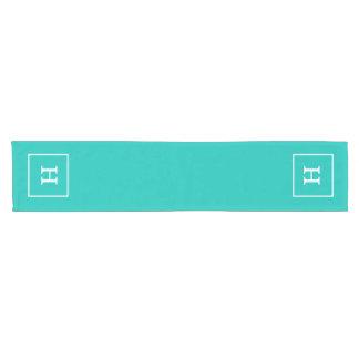 ティール(緑がかった色)の白によって組み立てられる最初のモノグラム ショートテーブルランナー