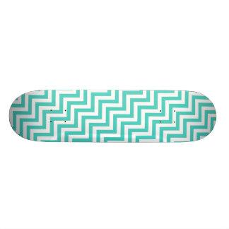 ティール(緑がかった色)の青および白いジグザグ形のストライプなシェブロンパターン スケートボード