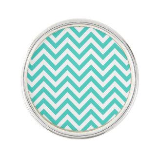 ティール(緑がかった色)の青および白いジグザグ形のストライプなシェブロンパターン ラペルピン