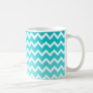 ティール(緑がかった色)の青くグラデーションなイカットのシェブロンパターン コーヒーマグカップ