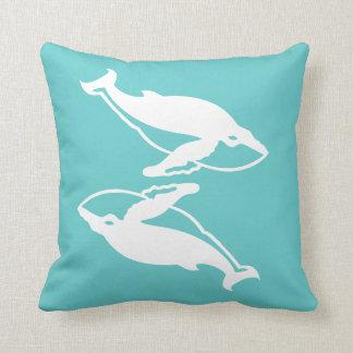 ティール(緑がかった色)の青のクジラ愛白いクジラは置きます クッション