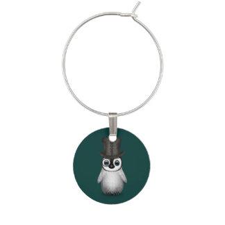 ティール(緑がかった色)の青のシルクハットを持つかわいくファンシーな赤ん坊のペンギン ワインチャーム