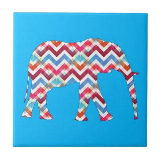ティール(緑がかった色)の青のジグザグ形のシェブロンファンキーな象 タイル