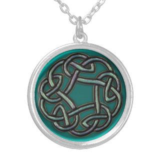 ティール(緑がかった色)の青緑の金属のケルト結び目模様のネックレス シルバープレートネックレス