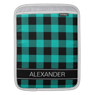ティール(緑がかった色)の黒いバッファローの点検の格子縞の名前のモノグラム iPadスリーブ