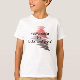 テコンドーの蹴りおよびにやにや笑い Tシャツ