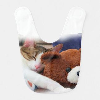 テディー・ベアが付いている甘く眠い子猫 ベビービブ