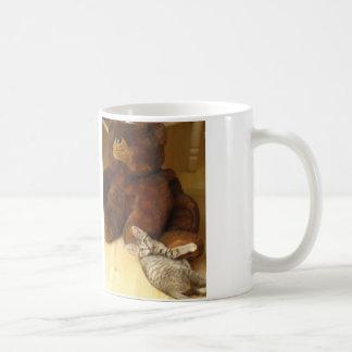 テディー・ベアのマグを抱き締めている子ネコ コーヒーマグカップ