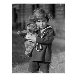 テディー・ベアを持つ小さい男の子: 1923年 ポストカード