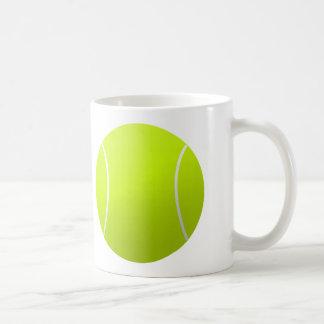 テニスコーチかプレーヤーのカスタマイズ可能なコーヒー・マグ コーヒーマグカップ