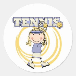 テニス-ブロンドの女の子のTシャツおよびギフト ラウンドシール