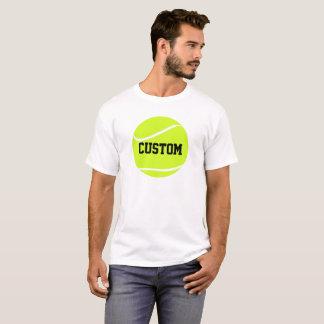 テニス・ボールおよび文字の人の基本的な白いTシャツ Tシャツ