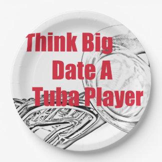 """テューバのミュージシャンは""""項目を食事する大きい""""台所を考えます ペーパープレート"""