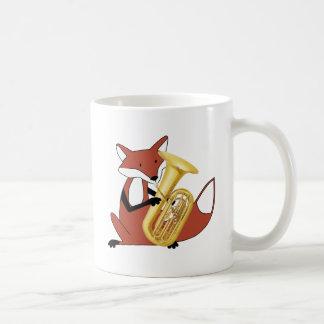 テューバを遊んでいるキツネ コーヒーマグカップ