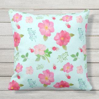 テラスの枕美しい野生ピンクのバラのバラの実 アウトドアクッション