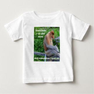 テングザル-時々私は坐り、考えます ベビーTシャツ