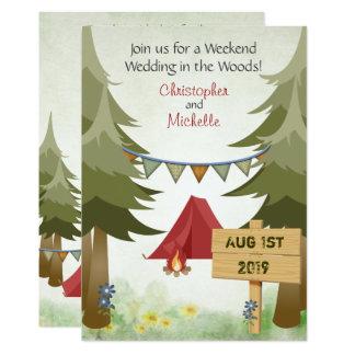 テントおよびキャンプファイヤーの森林キャンプの結婚式の招待 カード