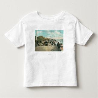 テント都市でラインで集まる群集 トドラーTシャツ