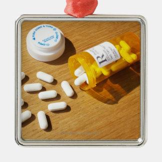 テーブルでこぼれる薬物 メタルオーナメント