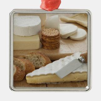 テーブルのさまざまなチーズそしてパン メタルオーナメント