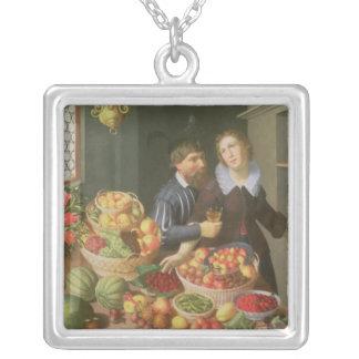 テーブルの前の人そして女性 シルバープレートネックレス