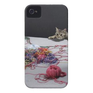 テーブルの端に上っている銀製の虎猫猫 Case-Mate iPhone 4 ケース